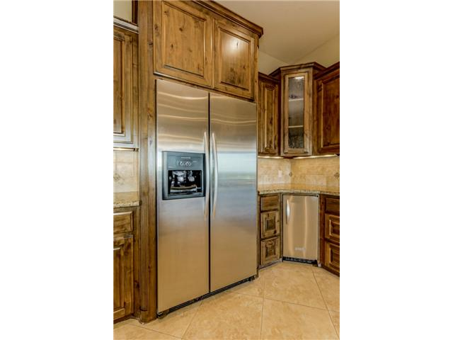 Kitchenaid Fridge with waster and ice maker conveys.